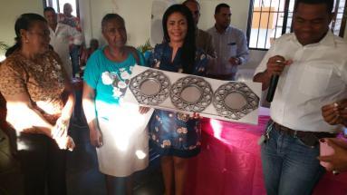 thumbnail_Una de las mujeres asistentes a la actividad recibe un regalo cortesia de Neno y su esposa Arisleyda Lantigua..jpg